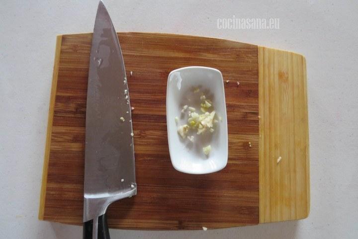 Picar los ajos, no te preocupes si no queda muy fino ya que de igual manera se va a triturar