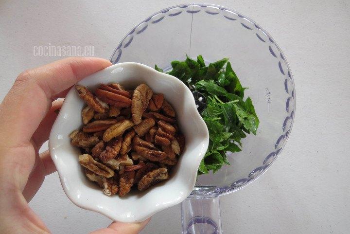 Agregar las nueces junto con la albahaca para procesar