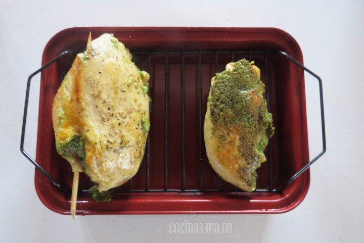 Asar el pollo relleno con el pesto