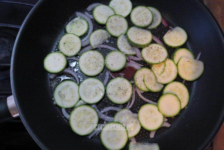 Agregar la Calabaza o el calabacín y saltear ligeramente junto con la cebolla