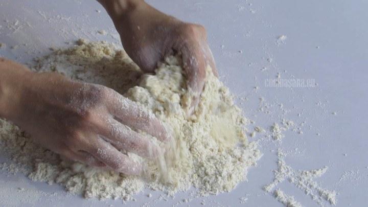 Amasar todos los ingredientes que colocamos en el volcán hasta incorporar perfectamente.