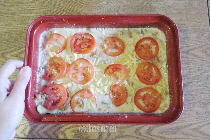 Agregar las rodajas de tomate sobre toda la mezcla, acomodar las rodajas por todo el molde.