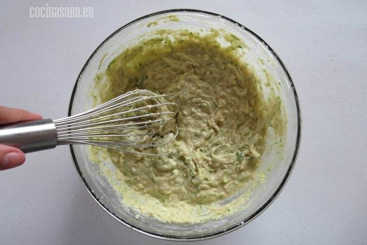 Mezclar el calabacín junto con el queso en la masa y dejar que se incorporen perfectamente.