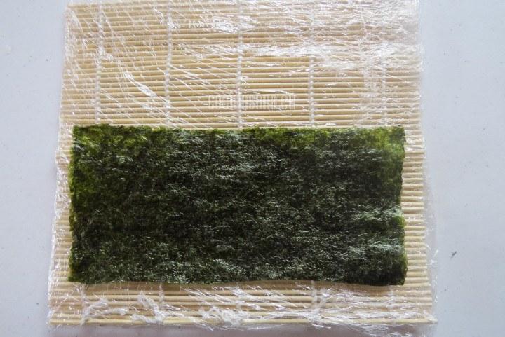 Agregar el Alga sobre la esterilla de madera previamente cubierta con el papel film