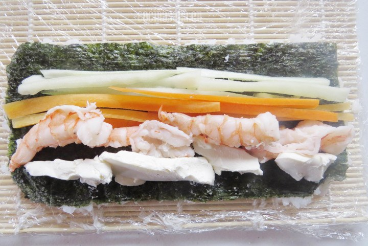 Agregar los Ingredientes a la esterilla de bambú y acomodar por secciones