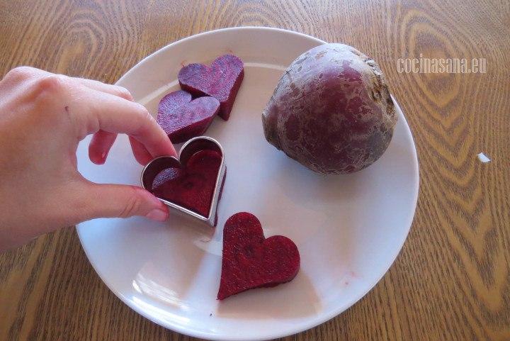 Picar el Betabel en rodajas y después utilizar un cortador puedes utilizar el que más te guste yo en este caso he utilizado el de corazón