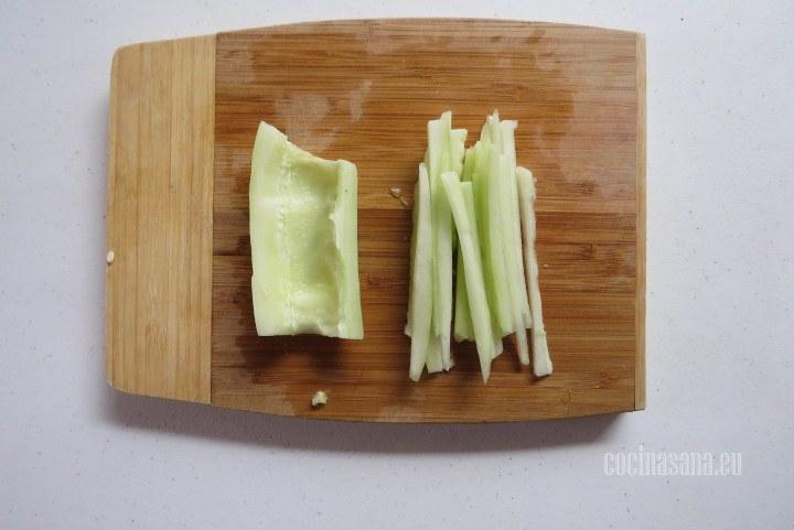 Cortar el Pepino, no te olvides de retirar las semillas del pepino y cortar en tiras muy delgadas.