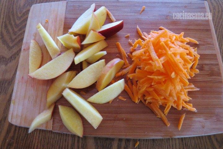 Picar las Verduras rallar la zanahoria y cortar en cuardos o láminas del durazno.