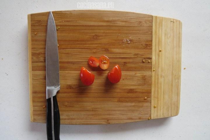 Cortar los Extremos del tomate en forma diagonal para que adquieran la forma de un corazón
