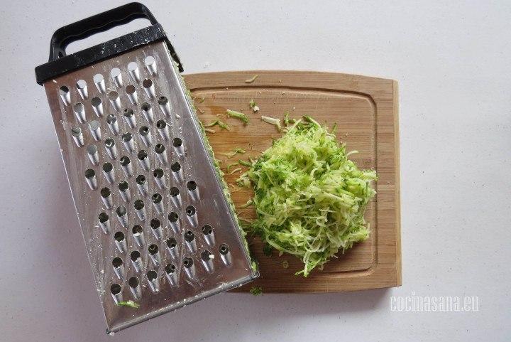 Rallar el calabacín y reservar lo que hemos rallado para mezclar en los panes