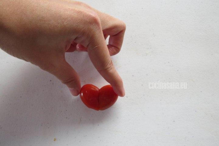 Unir las dos partes del tomate de manera que formen un corazón busca que los tomate sean del tamaño adecuado.