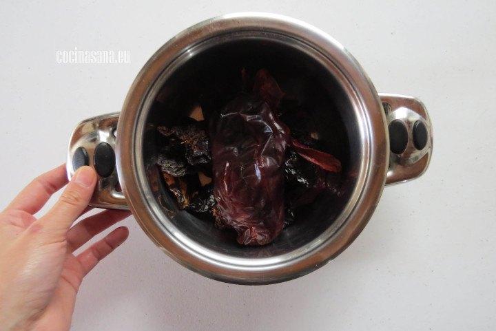 Agregar el Agua a los chiles y dejar que se maceren hasta que tenga una textura suave.