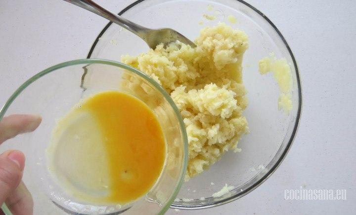 Añadir el Huevo a la mezcla e incorporar poco a poco hasta que tenga una consistencia espesa.