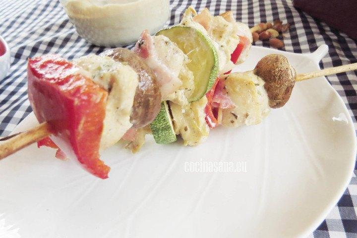 Brochetas de pollo con vegetales: champiñon, pimiento, calabacín y cebolla.