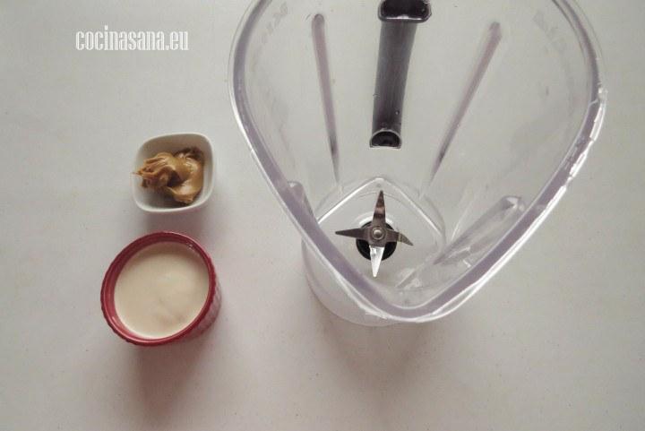 Triturar la salsa o licuar la salsa para preparar el aderezo de las brochetas de pollo