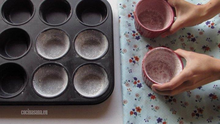 Moldes engrasados y enharinados puedes utilizar ramekings o moldes de cupcake