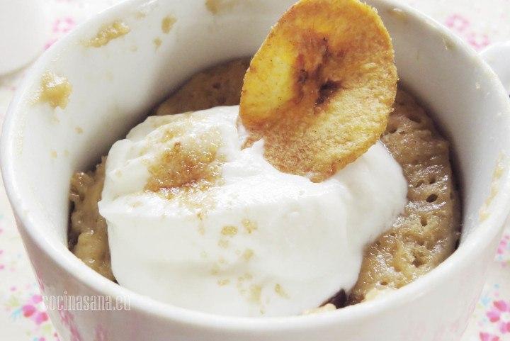 Mugcake de Plátano y Chocolate servido con un poco de yogur griego una receta muy rápida y fácil pero deliciosa.