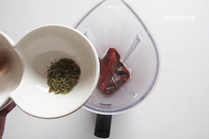 Agregar el orégano a la salsa o adobo de los chiles.