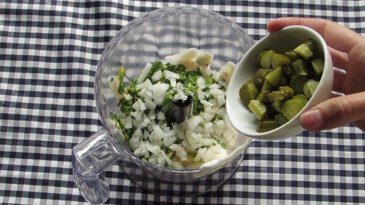 Agregar Verduras es decir los pepinillos, alcaparras, el cilantro y la cebolla que picamos previamente.