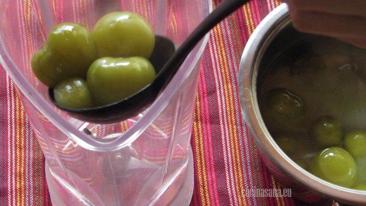 Procesar los tomates en una licuadora o procesador para conseguir la textura adecuada.