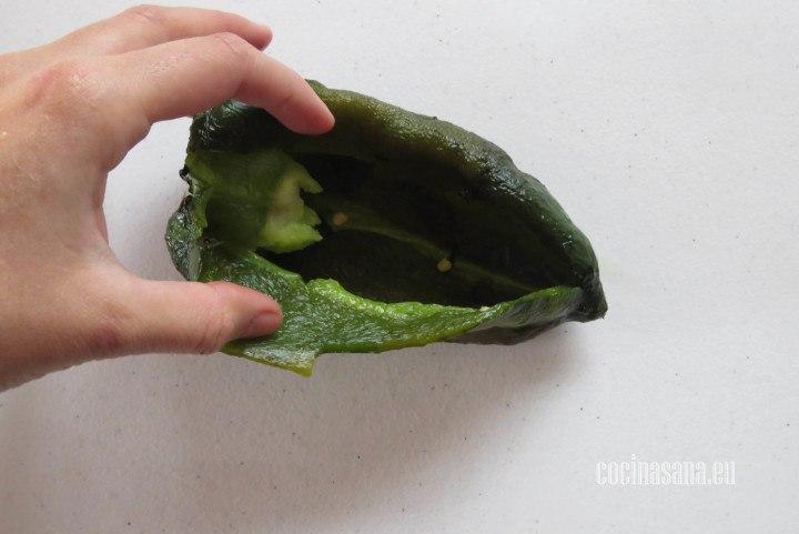 Abrir los chiles y retirar las semillas que se encuentren en el interior así como las venas del chile
