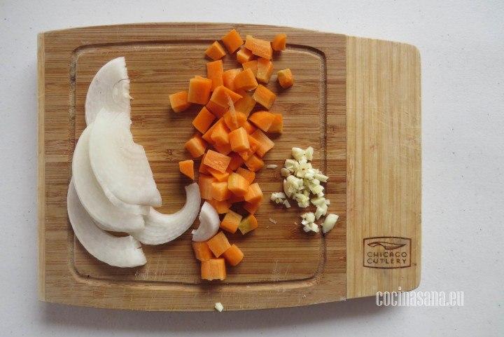 Picar las Verduras del Escabeche rebanar la cebolla y picar la zanahoria y el ajo.