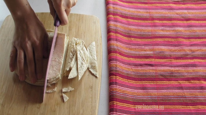 Picar las tortillas o cortar en cuadrados o tiras dependiendo de la forma que quieras