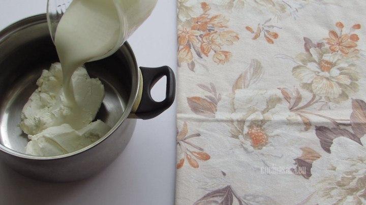 Añadir a la cacerola el queso y la crema o nata para preparar el relleno de nuestro cheeseckae