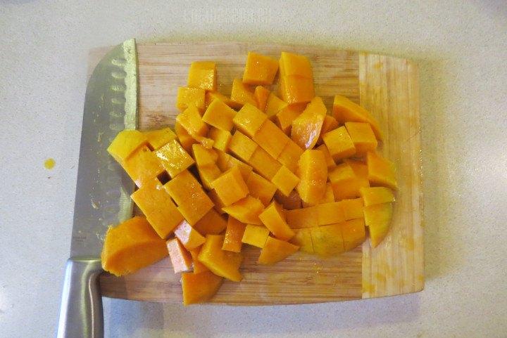 Cortar el mango en cubos o en trozos no importa que no sea uniformes ya que vamos a licuarlo.