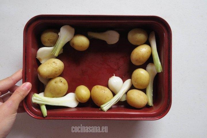 Picar las papas en trozos y colocar en la cacerola.