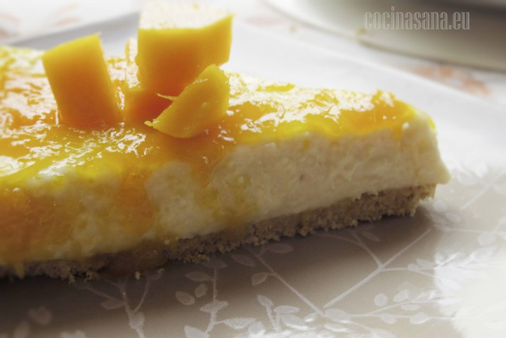 Cheesecake con Mango y cubos de mango fresco.