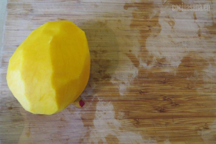 Cortar el Mango o pelar el mango para retirar toda la pulpa de con mayor facilidad de la semilla del mango