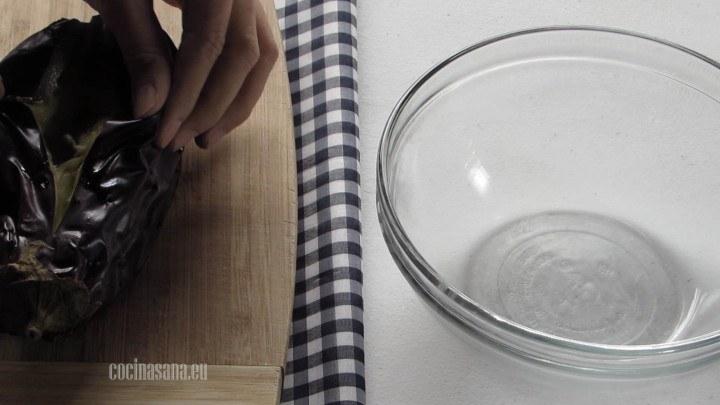 Picar las berenjenas para evitar que estallen mientras las cocinamos es importante para permitir que el vapor salga del vegetal.