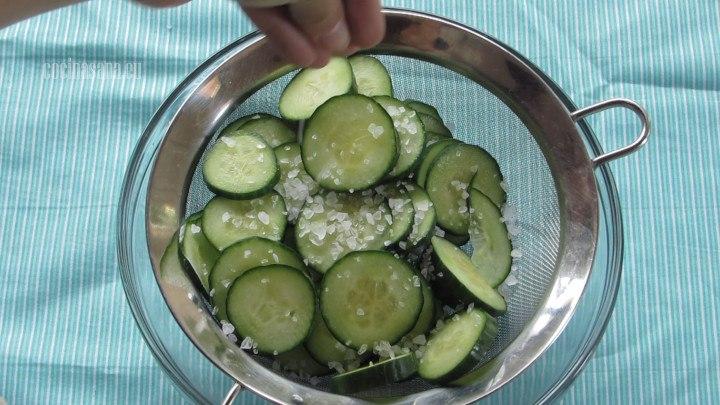 Agregar la Sal a los pepinos y colocar en un colador o en un cernidor para escurrir el exceso de agua.