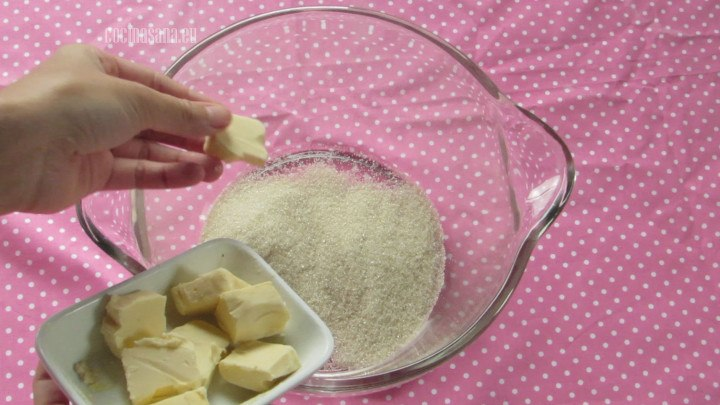 Añadir la Mantequilla y acremar junto con el azúcar hasta conseguir una textura esponjoso, homogenea.