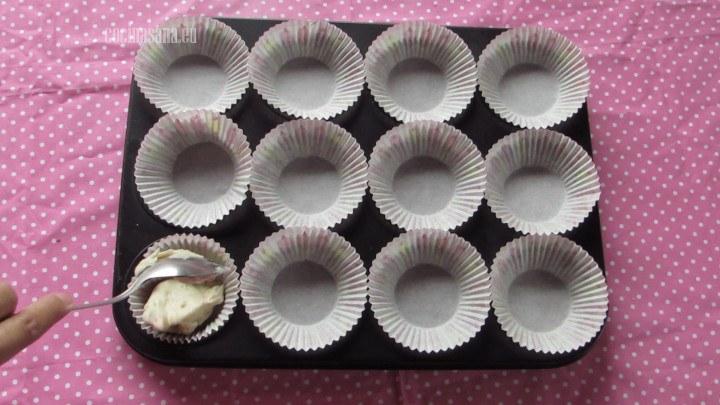 Añadir el Relleno a las cápsulas o a los capacillos agregar con cuidado para evitar derramarla.