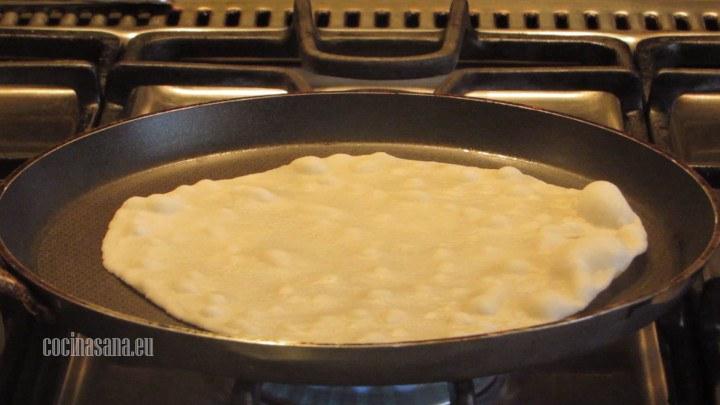 Cocinar la Tortilla en la sartén por ambos lados la cocción es muy rápida así que este paso tiene que se bastante rápido.