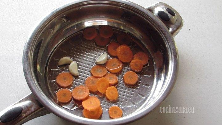 Freír la Zanahoria y el Ajo en la cacerola una vez fritos retirar y dorar los chiles jalapeños.