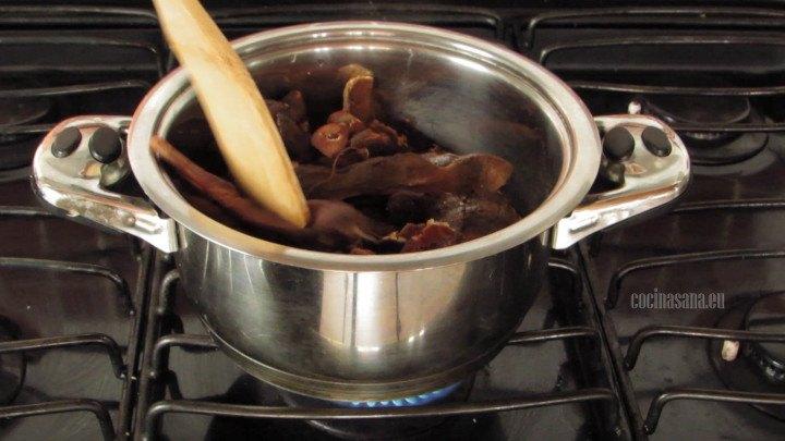 Batir el tamarindo con un poco de agua y azúcar para que la consistencia sea más espesa bate y presiona ligeramente para que se vaya formando el dulce y la pulpa.