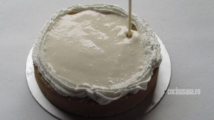 Colocar las 3 leches, cubrir la capa del relleno con otra capa de pan y formar una barrera con el betún de merengue italiano