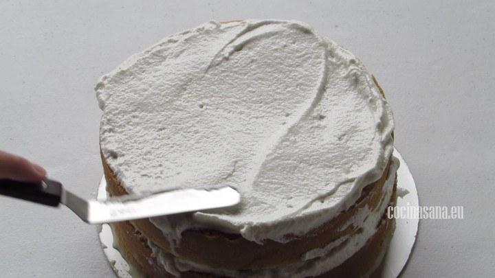 Cubrir el pastel con el merengue italiano, si no quieres usar merengue italiano también puedes utilizar crema batida para decorar tu pastel.