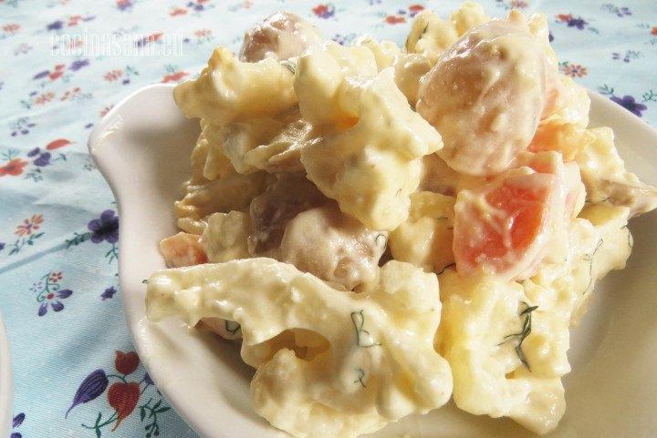 Ensalada de Coliflor con zanahoria, mayonesa, papa, hinojo; una receta deliciosa y fácil de preparar.