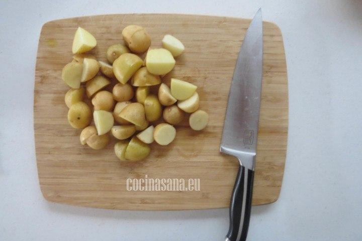 Cortar las Patatas en trozos o en cuartos para que tengan mayor consistencia y evitar que se deshagan demasiado.