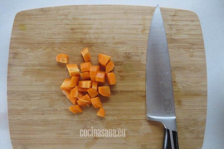 Cortar la Zanahoria en trozos medianos o más o menos del tamaño de la coliflor.