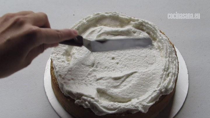 Colocar el relleno, para el relleno utilizar un poco del betún a base de merengue italiano, también puedes usar alguna crema batida o mermelada.