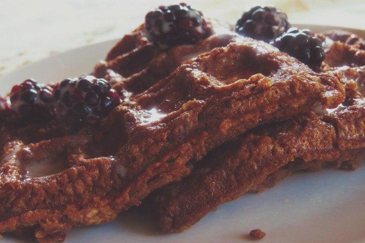 Waffles de Avena y Chocolate con un poco de jarabe o miel, y servido con moras