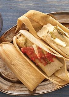 tamales-de-nopales-queso-y-salsa-roja