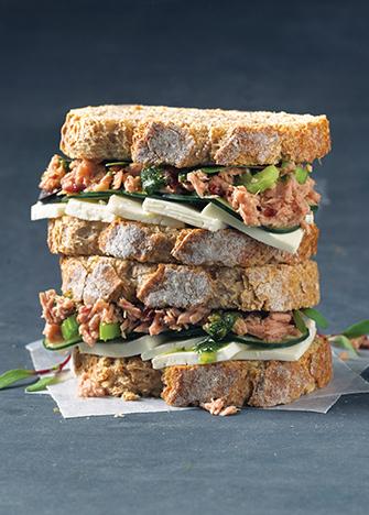 sándwich de atún y queso panela