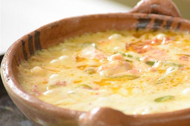 Receta de queso fundido con longaniza y rajas  Cocina Vital