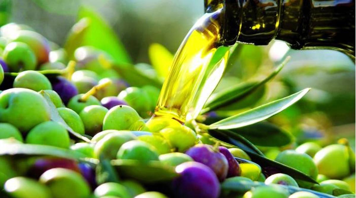 aceitunas-verdes-y-chorro-aceite
